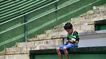Young fan mourns the loss of the team (photo credit by Yahoo Sports)