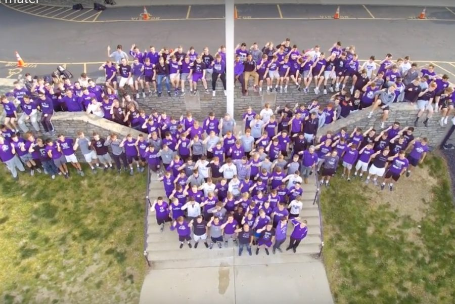 Drone+view+of+the+seniors+of+2018+singing+the+Elder+Alma+Mater+on+the+steps+to+the+Pit.